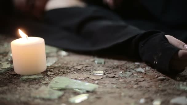 Ruka mrtvé ženy v jedné opuštěné budově. HD, s jezdcem