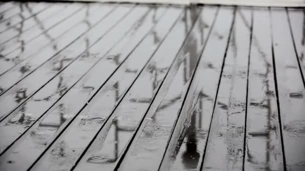 Déšť a dřevěné podlahy na verandě