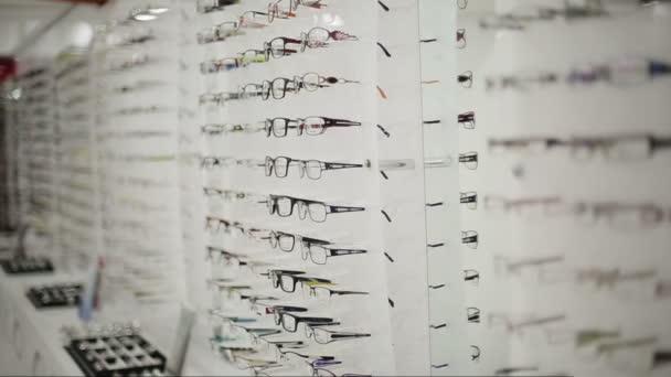 Brýle na zdi v optické dílně