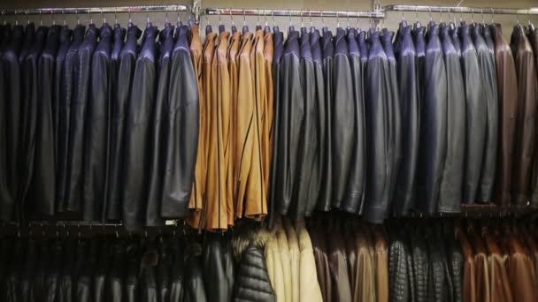 Kolekce kožené bundy na ramínka v obchodě