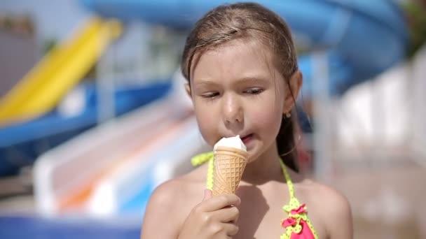 Dítě jíst zmrzlinu po plavání v bazénu