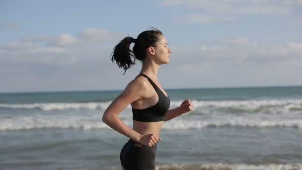 Žena běží sám na krásný západ slunce na pláži