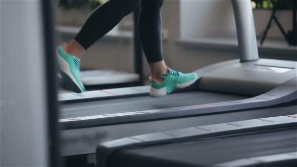 Frau auf dem Laufband im Fitness-Studio.