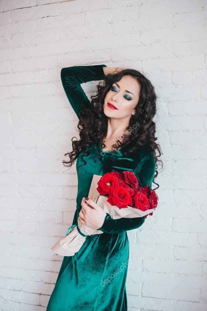 Vestido verde con flores rojas
