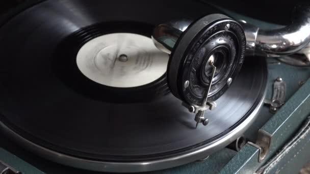 Altes Phonographen-Grammophon Patphone Retro-Interieur mit rotierender Schallplatte LP