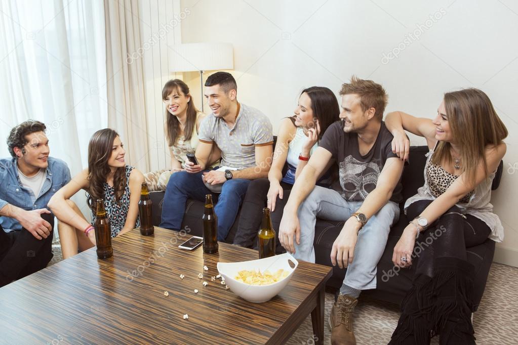 Grupo de amigos pasar el rato en casa foto de stock for Hanging groups of pictures
