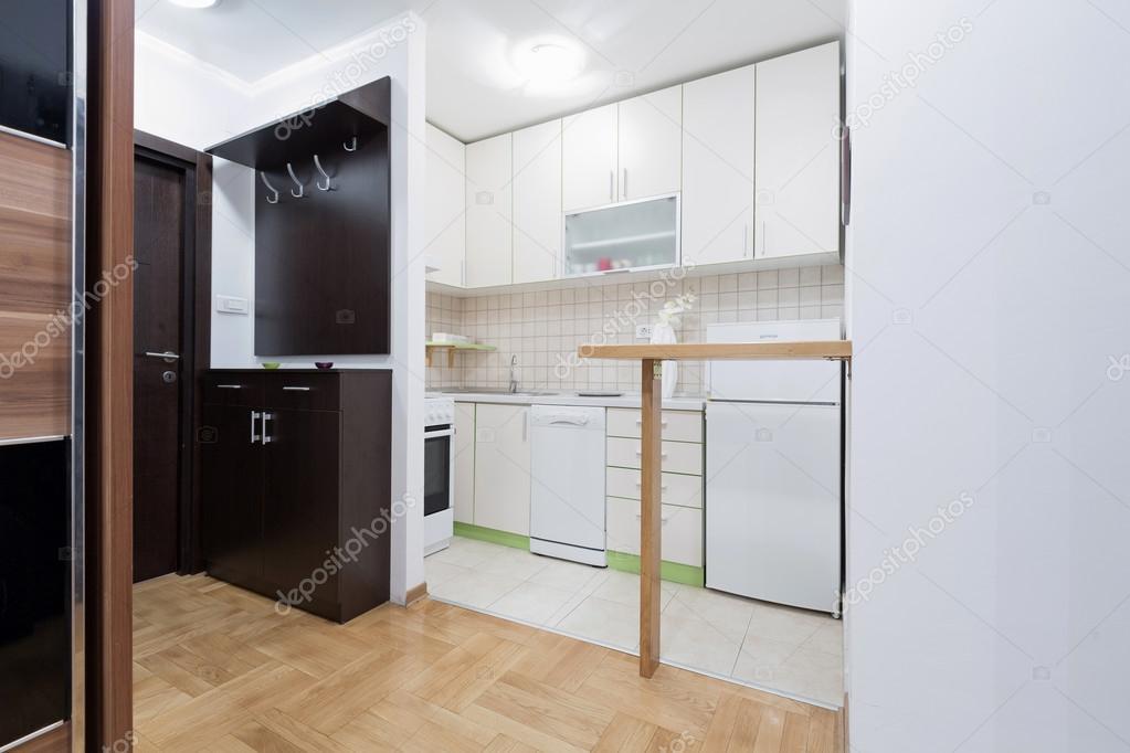 Keuken in een klein appartement u stockfoto rilueda