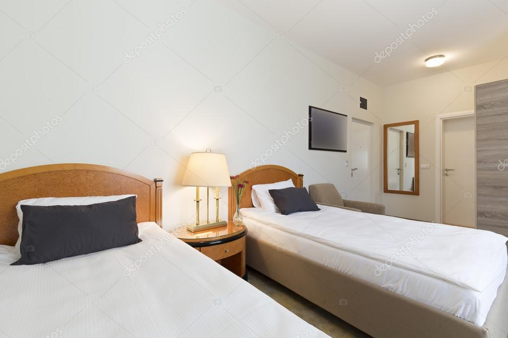Interiore di una camera doppia con letti singoli — Foto Stock ...