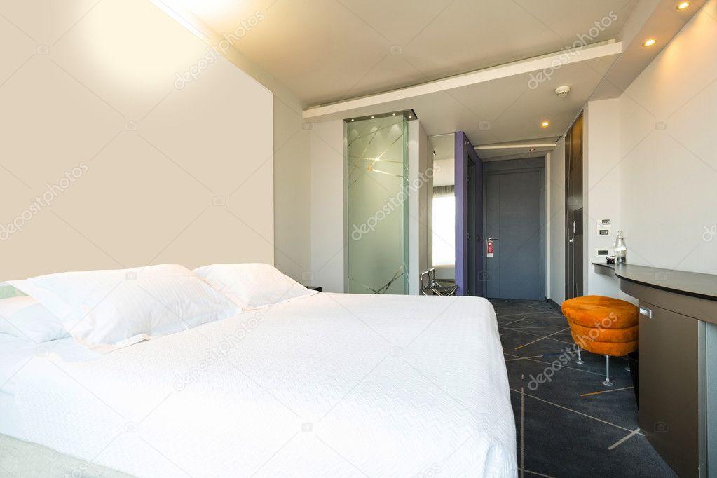 Hotel Slaapkamer Inrichting : Interieur van een dubbele hotel slaapkamer in de ochtendzon