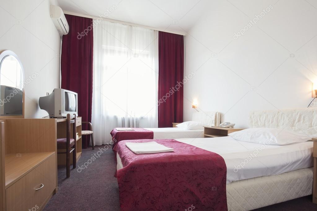 interieur van een hotelkamer met twee bedden stockfoto