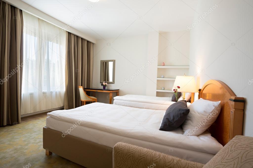 int rieur d 39 une chambre d 39 h tel jumeau photographie rilueda 107036870. Black Bedroom Furniture Sets. Home Design Ideas