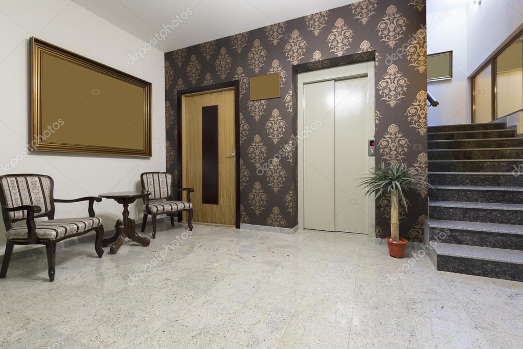 Dimension Ascenseur Hotel : Interior do saguão de hotel com elevador e escadas — stock