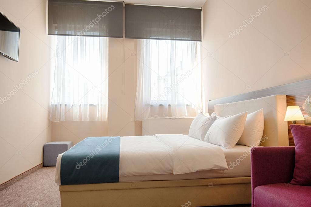 Interno camera da letto elegante hotel — Foto Stock © rilueda #109128306