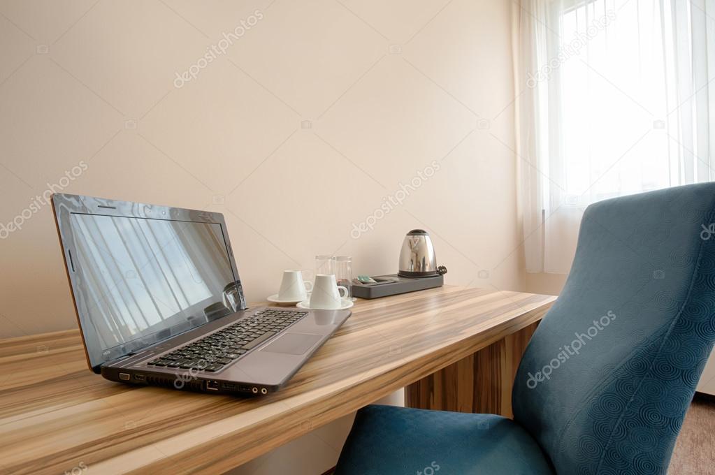 Chambre bureau avec ordinateur portable u photographie rilueda