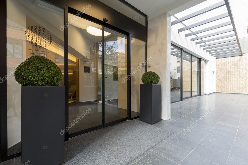 De ingang van de moderne elegant gebouw u2014 stockfoto © rilueda #110061952