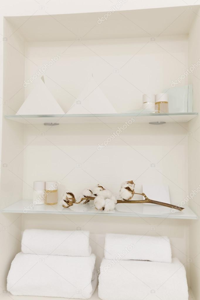 Mensola in bagno con prodotti da toilette — Foto Stock © rilueda ...