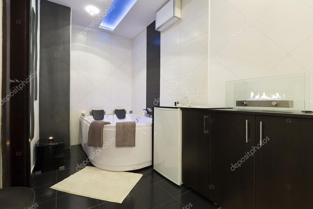 Luxus badezimmer mit whirlpool  Luxus-Badezimmer mit Whirlpool-Badewanne — Stockfoto © rilueda ...