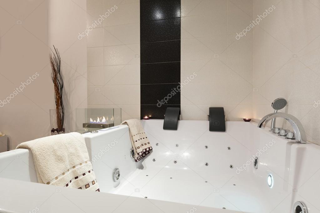 Luxus-Badezimmer mit Whirlpool-Badewanne — Stockfoto © rilueda ...