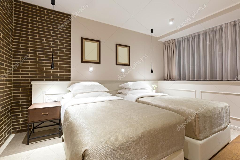 Interno di camera da letto letto matrimoniale moderno hotel — Foto ...