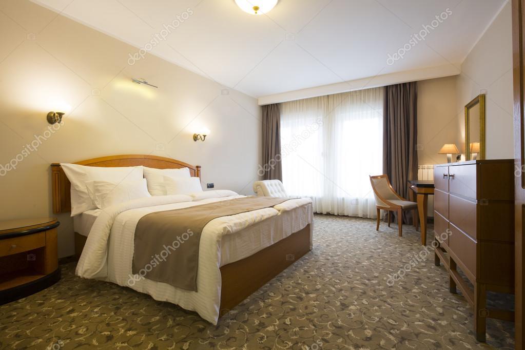 Intérieur de chambre à coucher style classique hôtel — Photographie ...