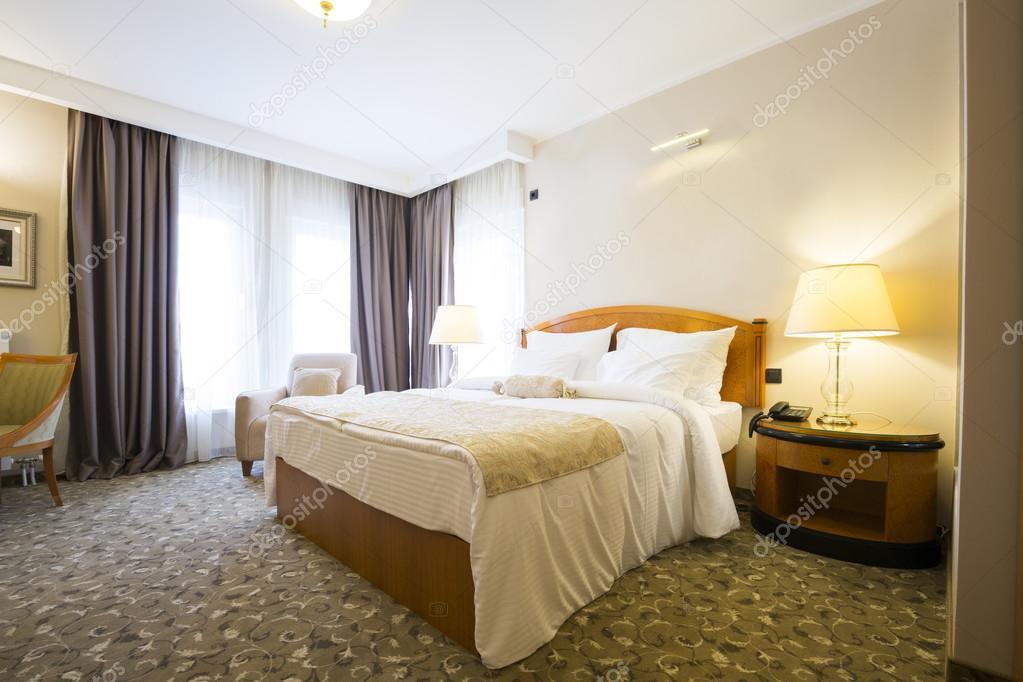 Interno camera da letto dell\'hotel in stile classico — Foto Stock ...