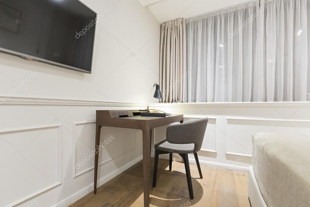 Bureau Et Une Chaise Dans Une Chambre Du0027hôtelu2013 Images De Stock Libres De  Droits