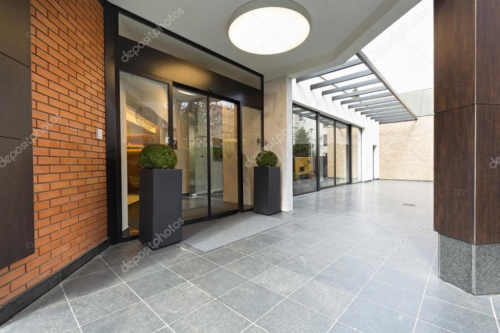 De ingang van de moderne elegant gebouw u2014 stockfoto © rilueda #116936440