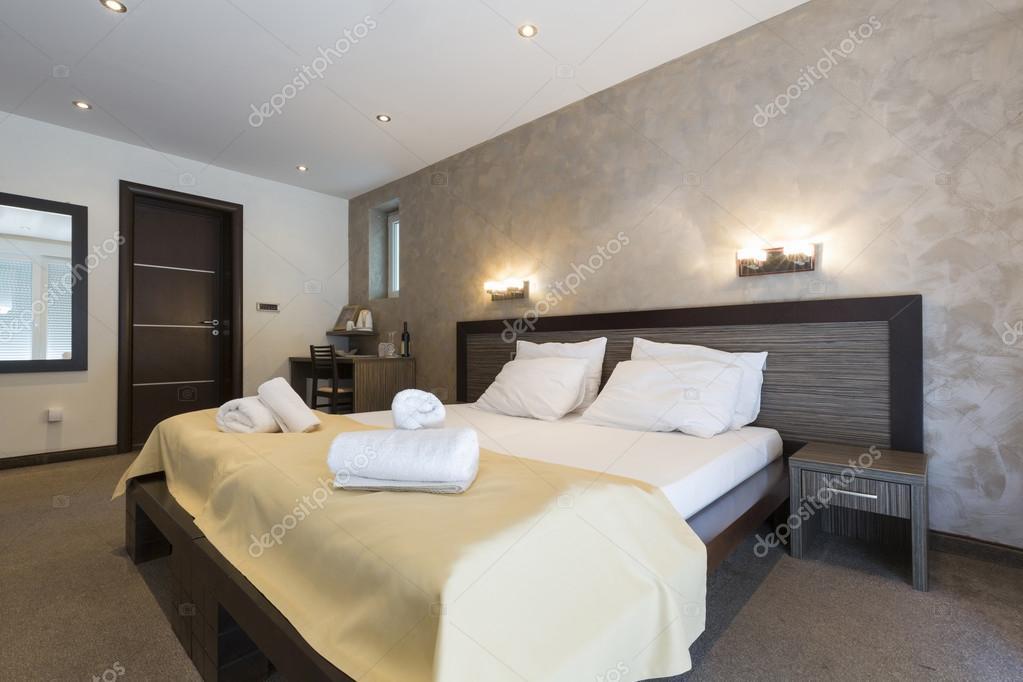 高級ダブルベッド ホテルの寝室のインテリア — ストック写真 ...