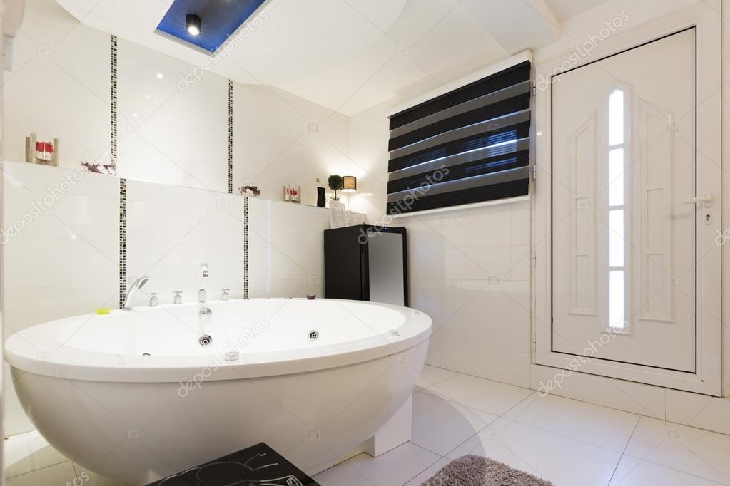 Hotel-Badezimmer mit Whirlpool-Badewanne — Stockfoto © rilueda ...
