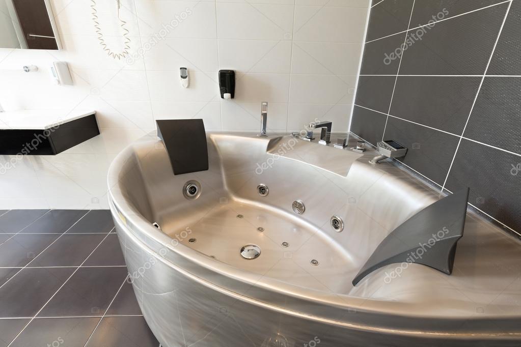 Hôtel salle de bains avec baignoire-jacuzzi — Photographie ...