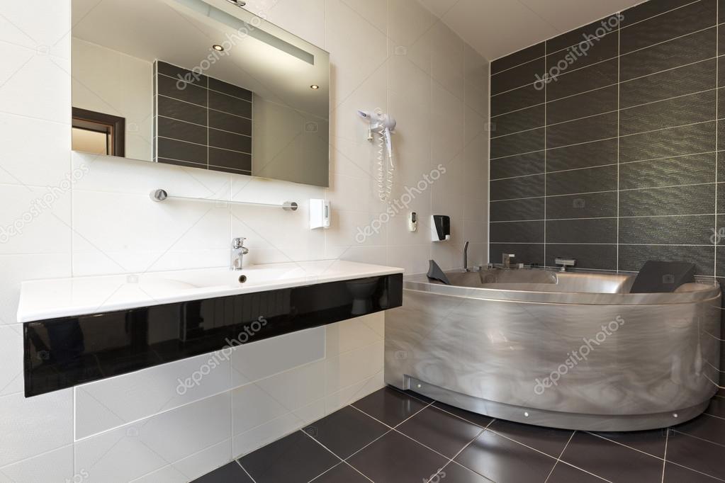 Hôtel salle de bains avec baignoire-jacuzzi — Photographie rilueda ...