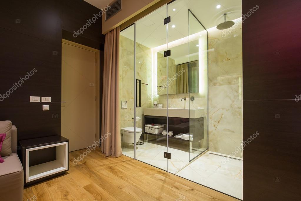 Bagno in suite di un albergo di lusso moderno — Foto Stock © rilueda ...