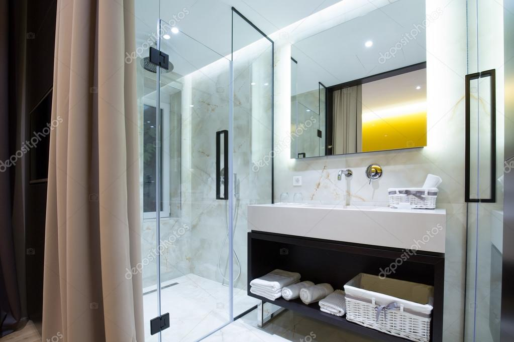 Moderne luxe hotel badkamer interieur — Stockfoto © rilueda #119501774
