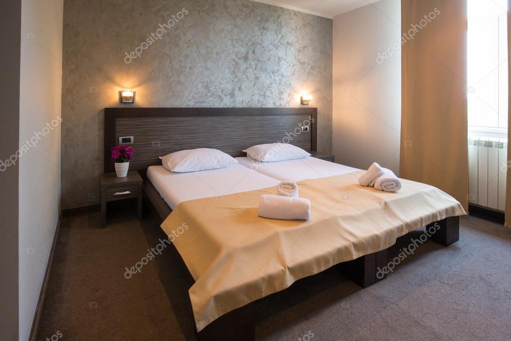 Modernes schönes Hotel Schlafzimmer Innenraum — Stockfoto © rilueda ...