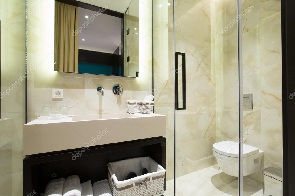 Sala Da Bagno Lusso : Interiore di stanza da bagno di lusso moderno hotel u foto stock