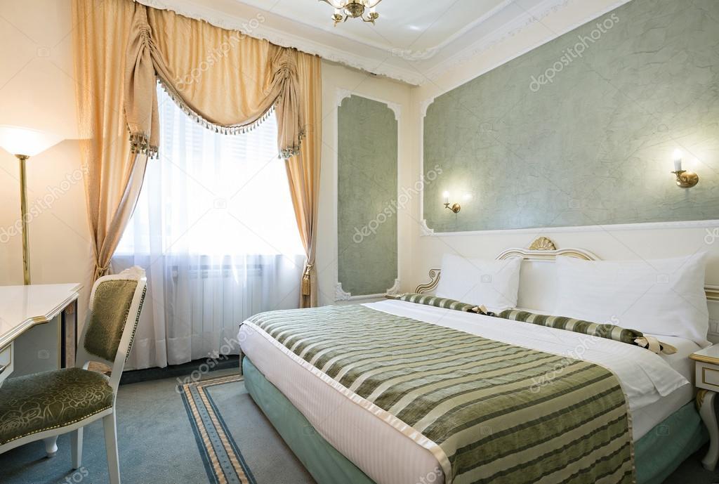 interieur van de hotelkamer van luxe dubbel bed stockfoto
