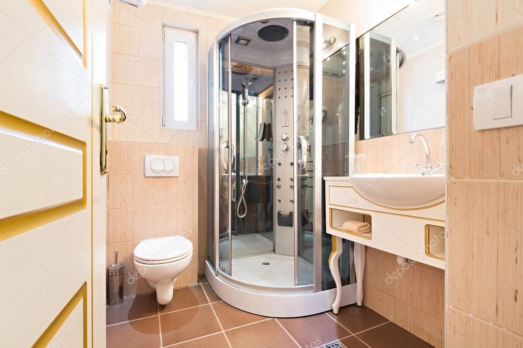 Interior de un elegante cuarto de baño — Foto de stock © rilueda ...
