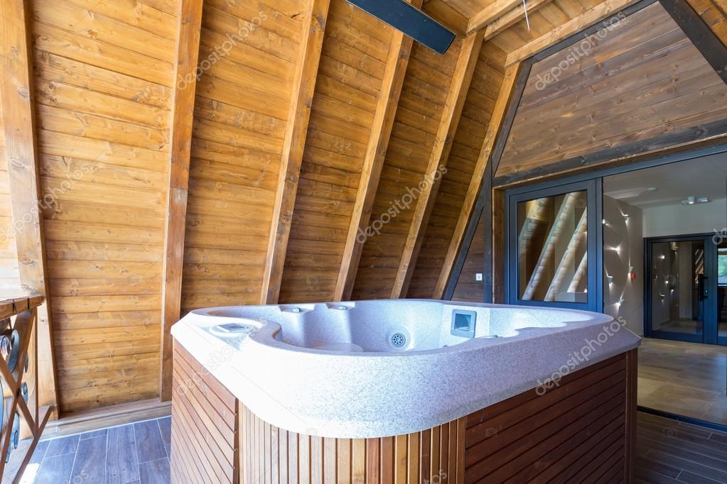 Bañera de hidromasaje con marco de madera en terraza de hotel de ...