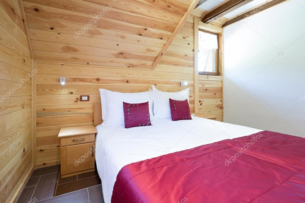 Camera da letto nella casa di tronchi di stile moderno u2014 foto stock