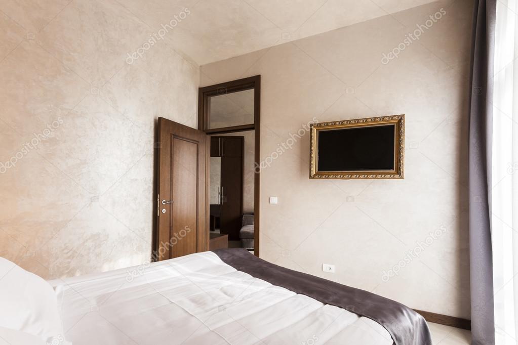 Interno camera da letto moderna con tv in cornice — Foto ...