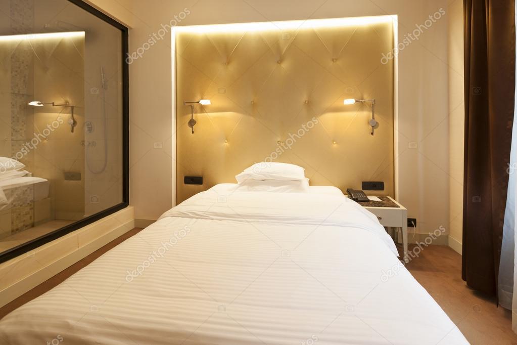 Luxus Schlafzimmer mit Dusche durch Glasscheibe sichtbar — Stockfoto ...