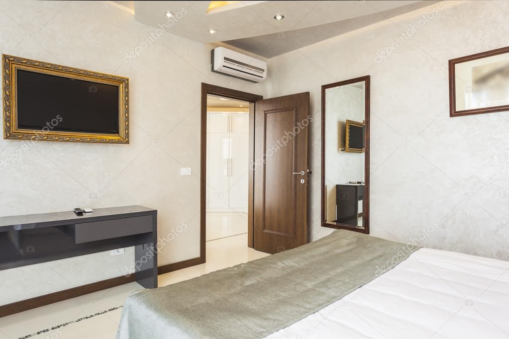 moderne Schlafzimmer-Einrichtung mit tv in Bilderrahmen — Stockfoto ...