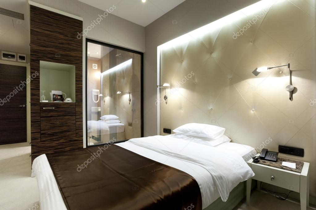 chambre d 39 h tel de luxe avec douche visible depuis la. Black Bedroom Furniture Sets. Home Design Ideas