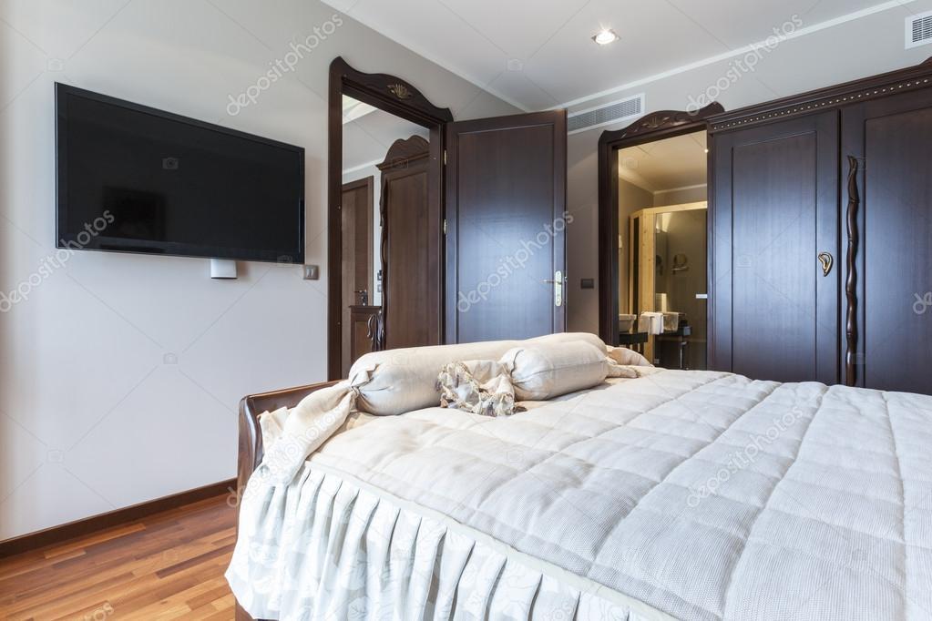 Elegante camera da letto con tv — Foto Stock © rilueda #54547311