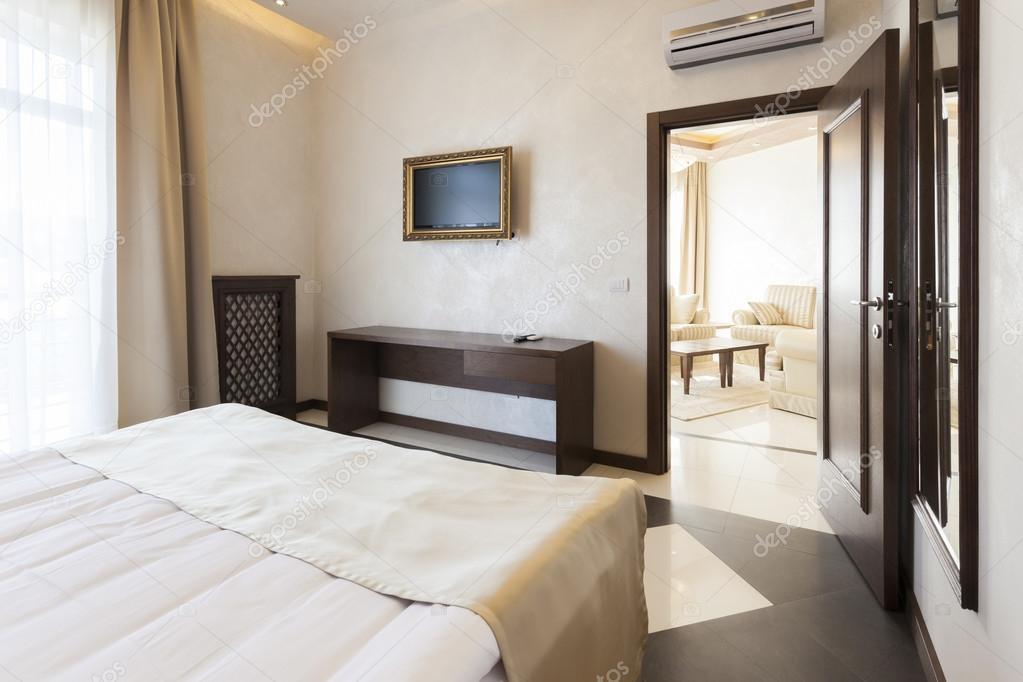 Tv In Slaapkamer : Moderne slaapkamer met tv in afbeeldingsframe u stockfoto