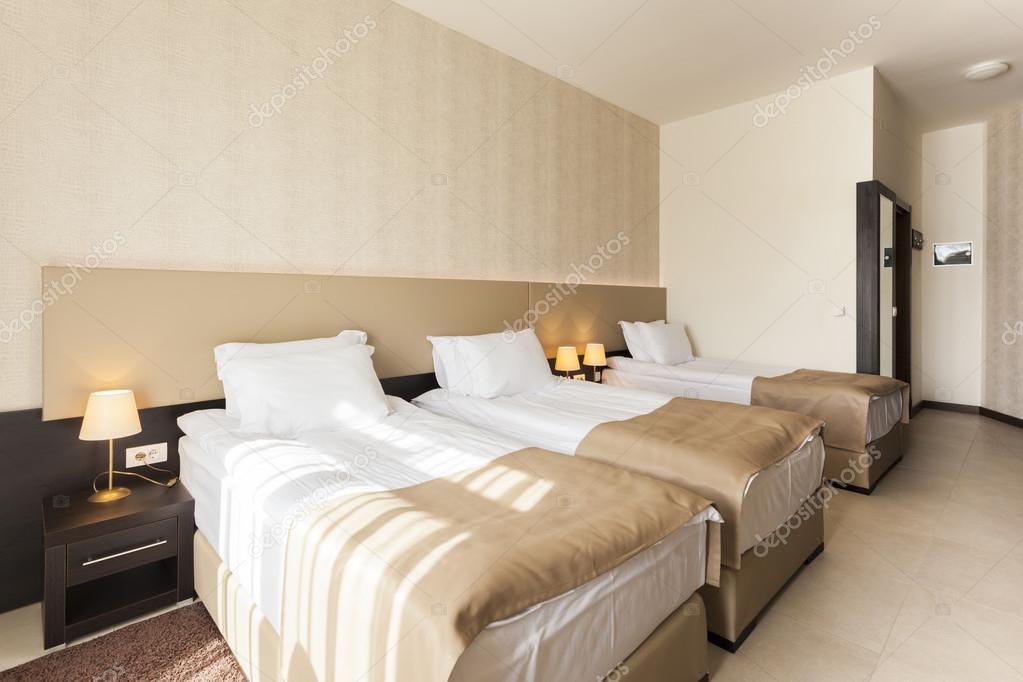 Dormitorio con tres camas foto de stock rilueda 54800909 for Dormitorios tres camas