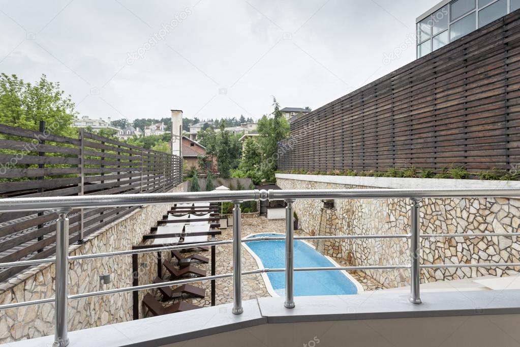 Zwembad Op Balkon : Zwembad vanaf balkon bekijken u stockfoto rilueda
