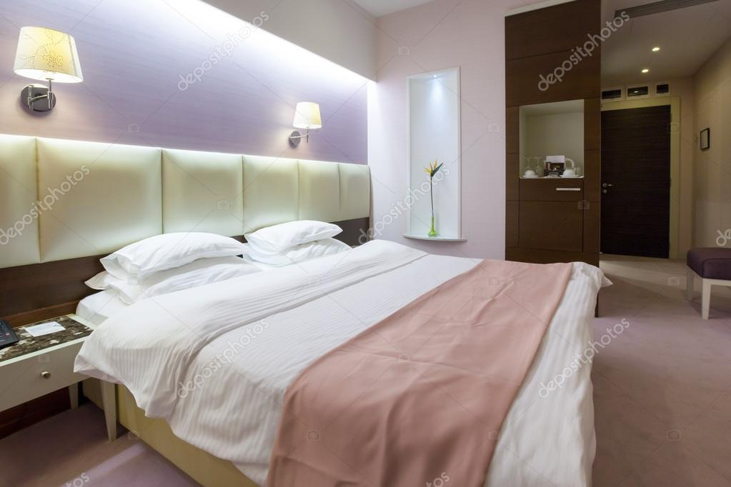 Interno camera da letto rosa — Foto Stock © rilueda #58574039