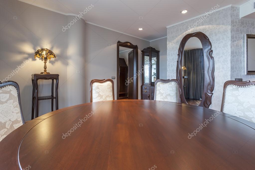 Tavolo rotondo e sedie in sala da pranzo elegante foto for Tavolo e sedie sala da pranzo