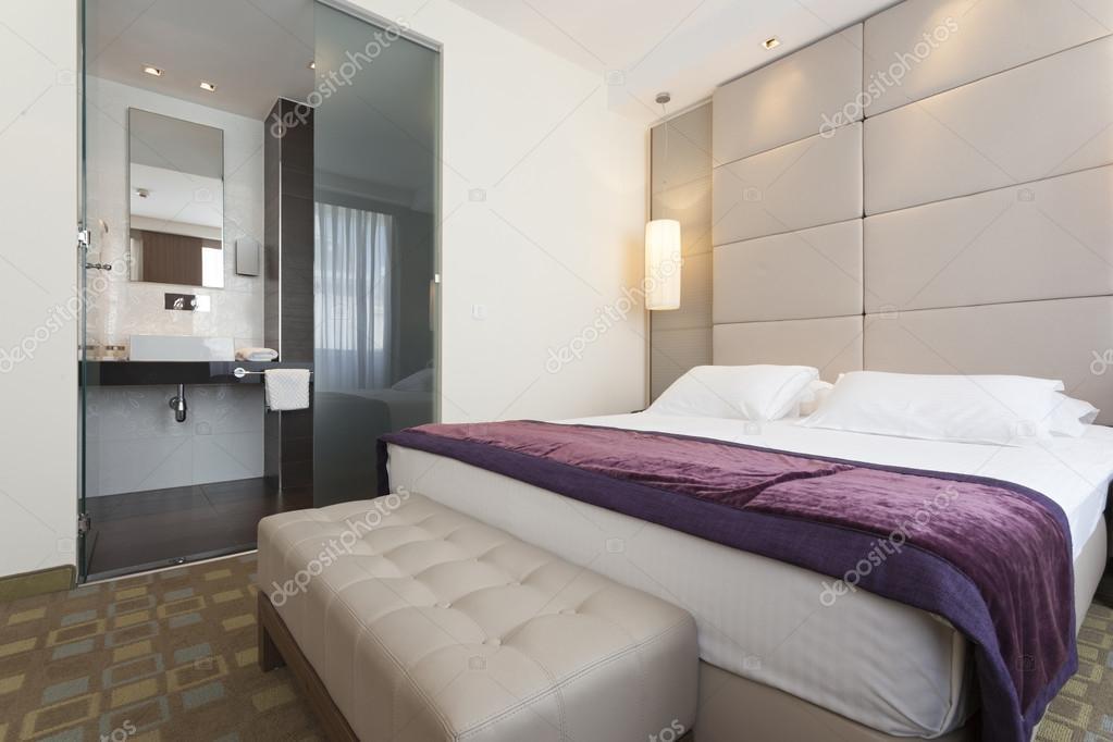 Interiore di lusso della camera da letto con bagno — Foto Stock ...